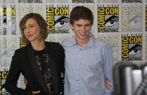 Vera-Farmiga-and-Freddie-Highmore-Bates-Motel-Comic-Con-2014-1-618x400